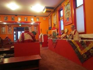 Khadro, Lama Tsering e Lama Norbu (de costas) na prática da manhã